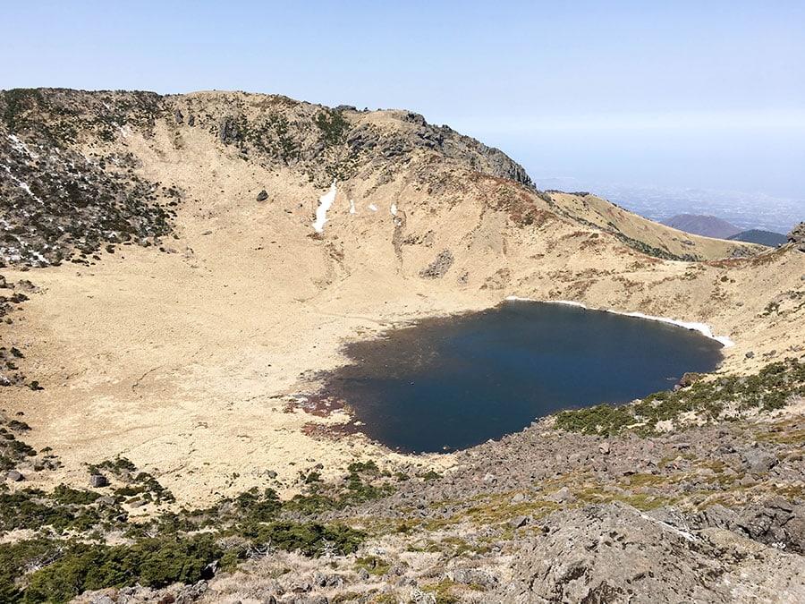Cráter del volcán Hallasan con el lago Baengnokdam