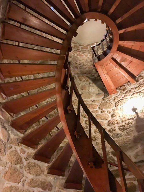 foto de la escalera de caracol en el interior del castillo