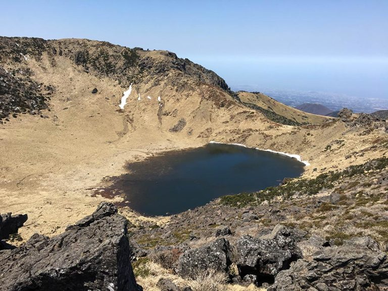 Subir a la cima de Hallasan, vista del lago Baengnokdam en el cráter del volcán Halla