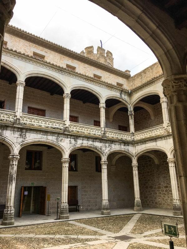 foto del patio de armas del castillo de Manzanares el Real