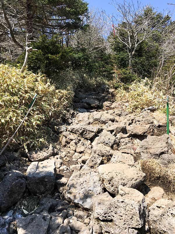 Camino de piedra en el último tramo de la ruta de Seongpanak para subir a la cima del volcán Hallasan