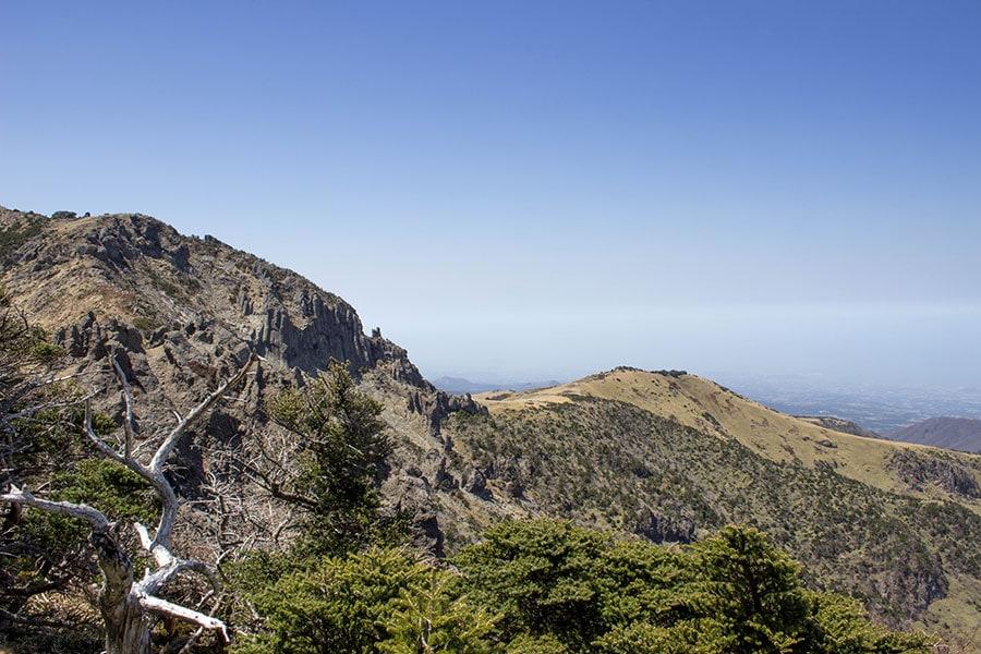 Vistas de la cara norte del monte Hallasan y la isla de Jeju